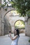 拍阿尔罕布拉宫照片的妇女 免版税库存照片