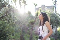 拍阿尔罕布拉宫照片的妇女 免版税库存图片