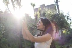 拍阿尔罕布拉宫照片的妇女 图库摄影
