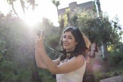 拍阿尔罕布拉宫照片的妇女 库存图片