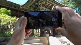 拍韩国建筑学照片与手机的 旅游业和数字技术 股票录像