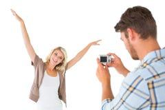 拍他俏丽的女朋友的照片人 免版税库存图片