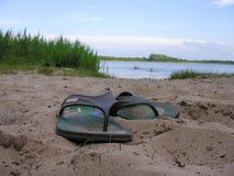 拍击声在含沙岸留下沐浴者 免版税库存图片