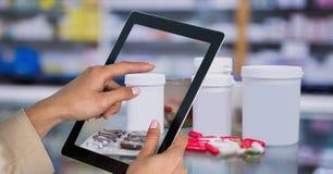 拍医学的照片与片剂个人计算机的手在药房 免版税库存图片