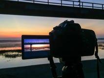 拍水库照片的屏幕照相机 免版税库存图片