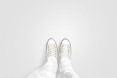 拍他的照片的人结算在空白的地板上的立场 免版税库存照片
