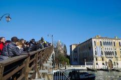 拍从ponte dell'accademia桥梁的人们照片 免版税库存图片