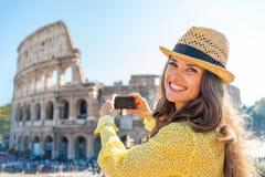拍colosseum的照片妇女在罗马,意大利 库存图片
