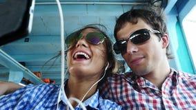 拍selfie在小船的游轮夫妇自画象搞笑照片 慢的行动 1920x1080 股票录像