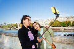 拍selfie照片用棍子的快乐的游人 免版税库存照片