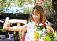 拍selfie照片的亚裔女孩 免版税库存照片