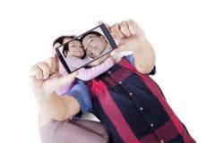 拍selfie照片的人和他的女儿 库存照片