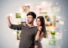 拍selfie照片的愉快的年轻夫妇 库存照片