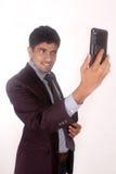 拍selfie照片的愉快的年轻印地安人 免版税库存图片