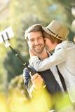 拍selfie照片的爱恋的夫妇 库存照片