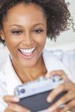 拍Selfie照片的非裔美国人的女孩妇女 库存照片