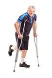 拐杖的被伤害的高级球员 免版税库存图片