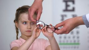 拒绝玻璃,孩子的翻倒女孩感到不安全在eyewear,难受 股票录像