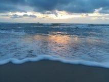 拒绝细致的金亲切的海运海浪 库存图片