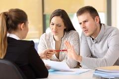 拒绝合同的顾客在办公室 免版税库存照片