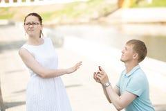 拒绝的妇女她的男朋友在提议以后结婚 图库摄影