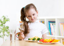 拒绝的孩子吃他的晚餐 免版税库存照片