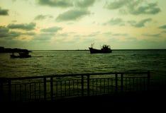 拒绝细致的金亲切的海运海浪 免版税库存照片
