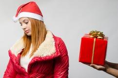 拒绝美丽的红色头发的妇女接受圣诞节礼物 免版税库存照片