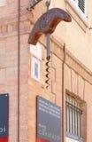 拔塞螺旋博物馆在Barolo,意大利签到一个晴朗的夏日 免版税库存照片