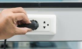 拔去从插口的手一个插座 库存图片