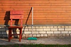 拖把和椅子 免版税库存图片