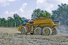拖拉土的重的设备 免版税库存照片
