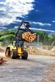 拖拉日志的叉架起货车在锯木厂 免版税库存照片