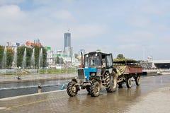 拖拉机和喷泉在Plotinka停放,叶卡捷琳堡市,俄罗斯 免版税图库摄影