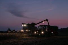拖拉机和拖车有车灯的在夜间 图库摄影