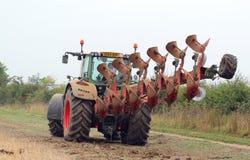拖拉机和犁或者耕犁 免版税库存图片