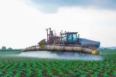 拖拉机喷洒在领域的除草剂glyphosat 免版税图库摄影