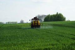 拖拉机喷洒的麦子v3 免版税库存照片