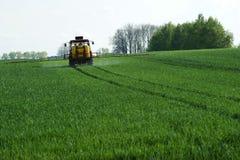 拖拉机喷洒的麦子v2 免版税库存照片