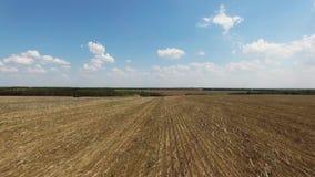 拖拉机土地为播种空中十六耕种,播种的行,概念做准备,犁领域、拖拉机和生产autom 股票录像