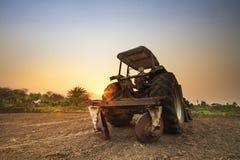 拖拉机土壤为耕种做准备 免版税库存照片