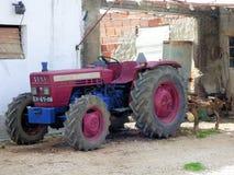 拖拉机在一个围场 免版税库存照片