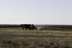 拖拉机在农业领域 免版税图库摄影