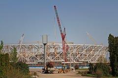 拖拉机在卡车装载干燥分支在一新的橄榄球场`伏尔加格勒竞技场`的背景建筑世界的C 库存图片