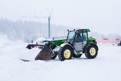 拖拉机在域的清洁雪 库存图片