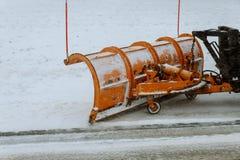 拖拉机在大雪以后扫清道路 库存照片