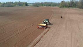 拖拉机在春天领域,鸟瞰图的播种庄稼 股票视频