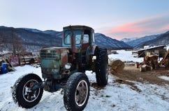 拖拉机在村庄,高加索,俄罗斯 免版税库存照片