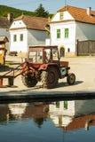 拖拉机在村庄 免版税库存图片