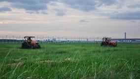 拖拉机在素万那普机场的割草机 库存图片